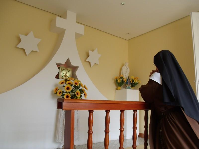 Por exigência do Carisma Teresiano, a oração, a consagração e todas as energias de uma Carmelita Descalça devem estar orientadas para a salvação das almas (Const. 10).